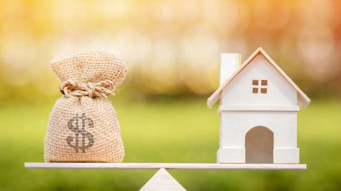 Scale weighing the options between Renting and Buying